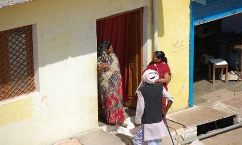 INDIE / Uttar Pradesh / Orchha / Sąsiedzkie pogaduszki