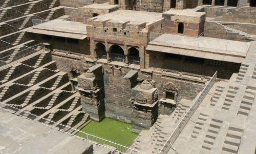 INDIE / Rajasthan / Abhaneri / Baoli - studnia schodkowa
