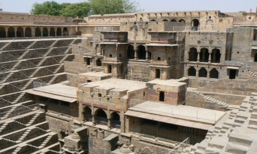 INDIE / Rajasthan / Abhaneri / Studnia schodkowa Chand Baori