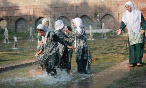 Zdjecie INDIE / Kaszmir / Srinagar / Niegrzeczne dziewczynki