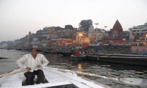 INDIE / Uttar Pradesh / Waranasi / Waranasi, wieczorny rejs po Gangesie