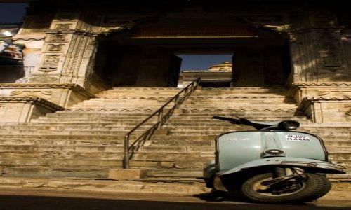 Zdjecie INDIE / Rajasthan / Udajpur / U progu świątyni