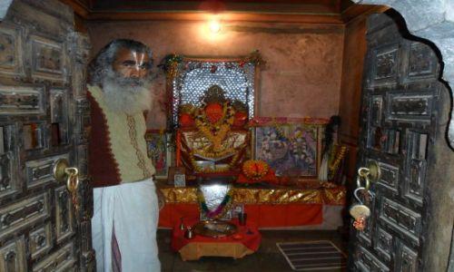 INDIE / Radżastan / Jaipur / Galta. Kapłan na stanowisku