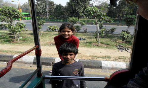 INDIE / Delhi / Delhi / Jedyne sympatyszne żebrzące dzieciaki, jakie spotkaliśmy. Chłopiec nie miał nóg