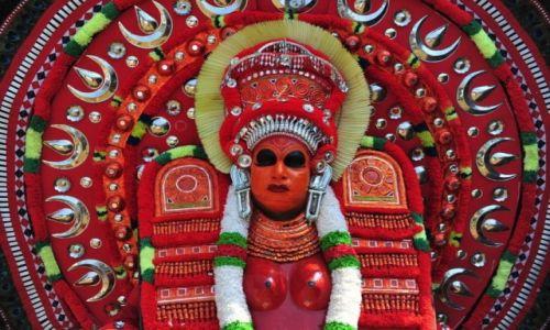Zdjecie INDIE / Kerala / --- / Tancerz Theyyam w rytualnym stroju w świątyni w Thilannur.