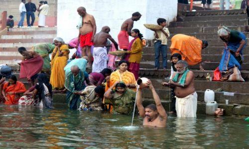 Zdjęcie INDIE /  Uttar Pradesh / Waranasi / Poranna kąpiel