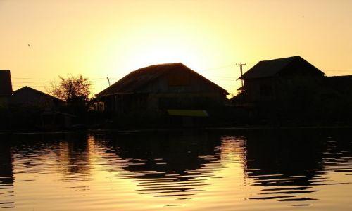 Zdjęcie INDIE / Kashmir - Srinagar / Jezioro Dal , Sikkara / jezioro Dal o zachodzie