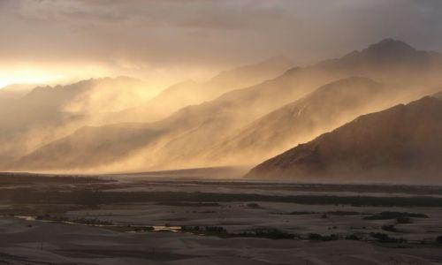 Zdjecie INDIE / Ladakh / Dolina Nubra  / burza piaskowa w dolinie Nubry