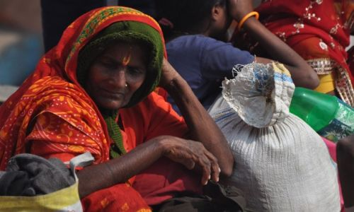 INDIE / Uttar Pradesh / Varanasi, ghaty / Kobieta