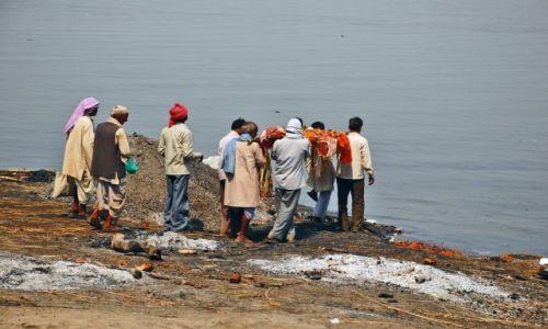 Zdjęcie INDIE / Uttar Pradesh / Varanasi / Przygotowanie ciała do spalenia na stosie