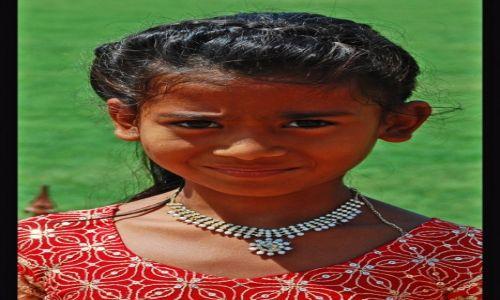 INDIE / Uttar Pradesh / Agra / Dziewczynka w Czerwonym Forcie