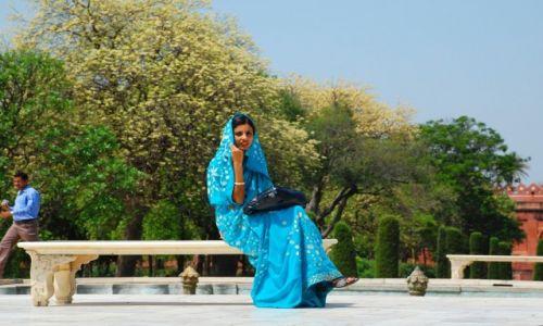 Zdjęcie INDIE / Uttar Pradesh / Agra / Hinduska w kompleksie Taj Mahal