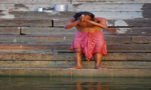 Zdjecie INDIE / Uttar Pradesh / Varanasi / Ukłon w strone słońca