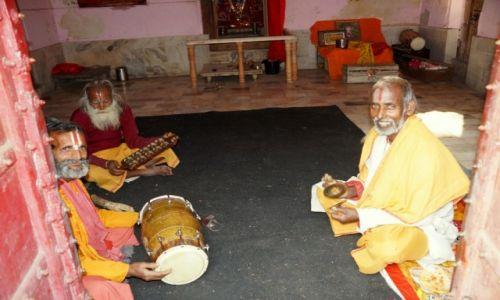Zdjecie INDIE / w drodze do Świątyni Małp / Jaipur / Modlący się mężczyźni
