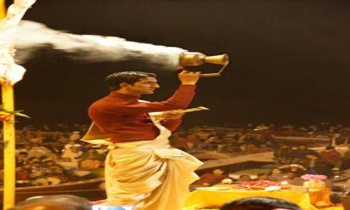 Zdjecie INDIE / - / Varanasi / Uroczystość wieczorna na ghatach nad Gangesem
