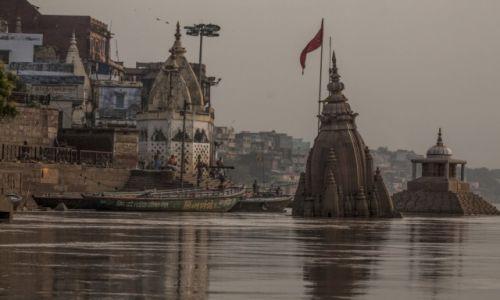 Zdjecie INDIE / Uttar Pradesh / Varanasi / Ghata w Gangesie