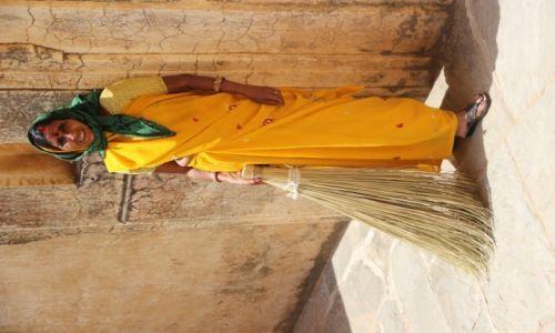 Zdjecie INDIE / Radżastan / Jaipur, forteca Amber / Sprzątająca kobieta