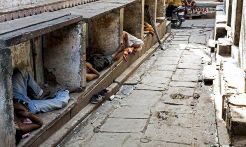 Zdjecie INDIE / Uttar Pradesh / Varanasi / Odpoczywając