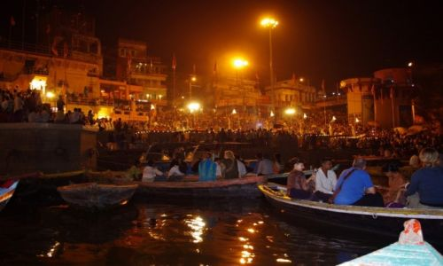 Zdjęcie INDIE / Uttar Pradesh / Varanasi / Pudża nad  Gangesem