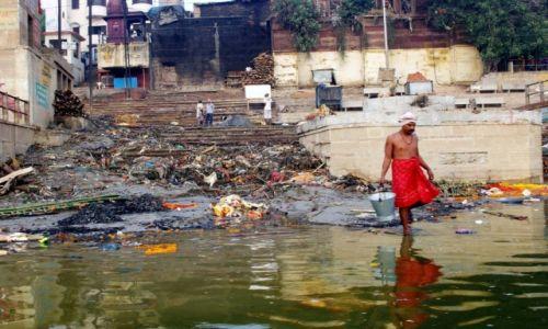 INDIE / Uttar Pradesh / Varanasi / Po czystą wodę