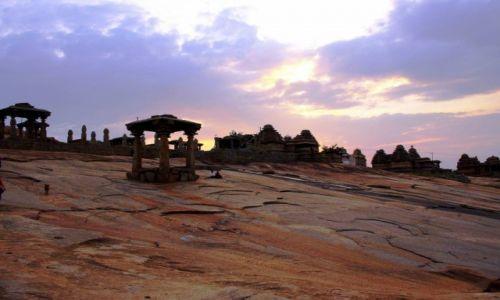 Zdjecie INDIE / Karnataka / Hampi / Hampi -  okoliczne wzgórza