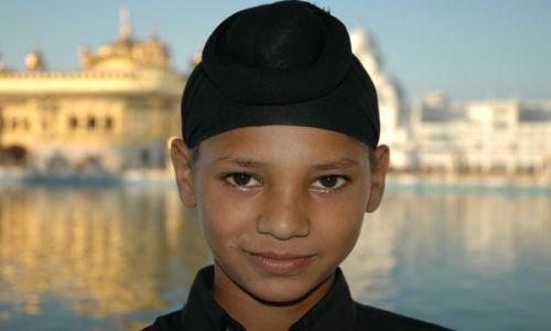 Zdjecie INDIE / Punjab / Amritsar / Młody Sikh. W tle Złota Świątynia