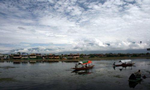 Zdjęcie INDIE / Kaszmir / Śrinagar / Poranek nad jeziorem