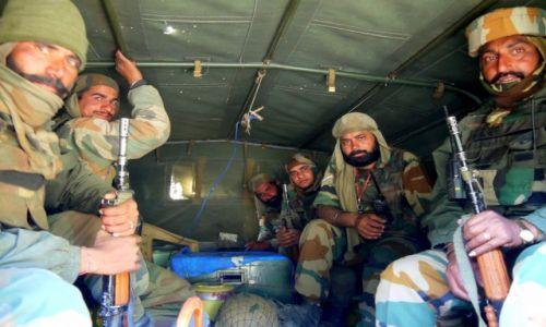 Zdjęcie INDIE / Kaszmir / Przełęcz na trasie Kargil-Srinagar / Żołnierski autostop