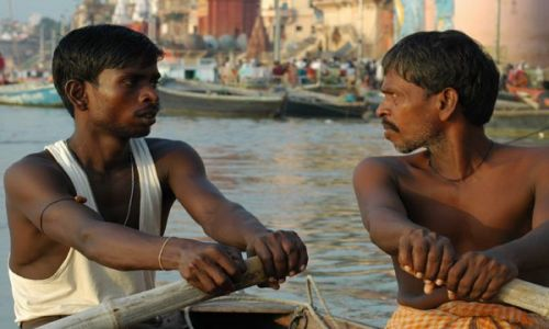 INDIE / Uttar Pradesh / Waranasi (Benares) / Na łódce na Gangesie w Waranasi