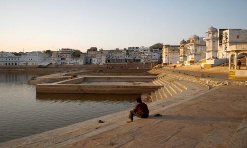 Zdjecie INDIE / Rajasthan / Pushkar / Zaduma nad świętym jeziorem