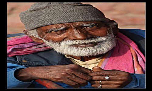 Zdjecie INDIE / Delhi / Ulica / Stary człowiek i ...Delhi