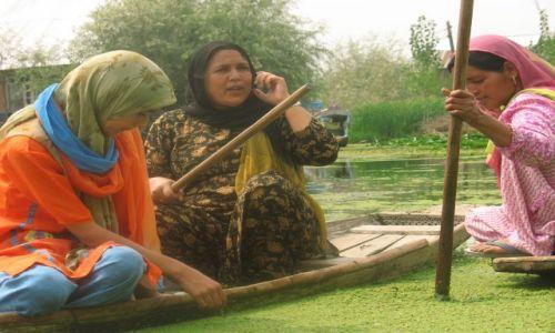 Zdjecie INDIE / Kaszmir / Srinagar - jezioro Dal / sąsiedzkie pogaduszki