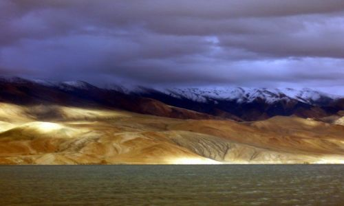 INDIE / Himalaje / Jezioro Tsomori Ri / Światła nad jeziorem