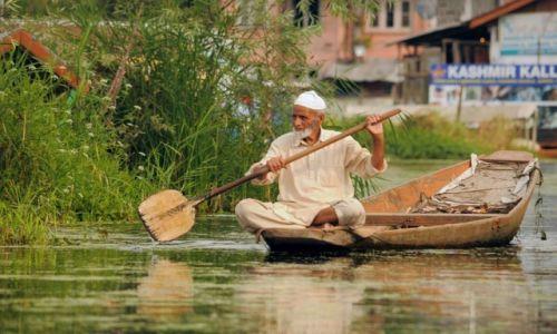 INDIE / - / Srinagar / Na jeziorze Dal