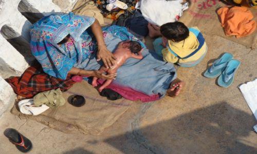 Zdj�cie INDIE / Uttar Pradesh / Varanasi / Noworodek