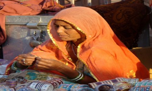 Zdj�cie INDIE / Rad�astan / Jodhpur / Plastikowe bransoletki