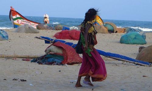 Zdjecie INDIE / Tamil Nadu / Mahabalipuram / dziewczynka na plaży
