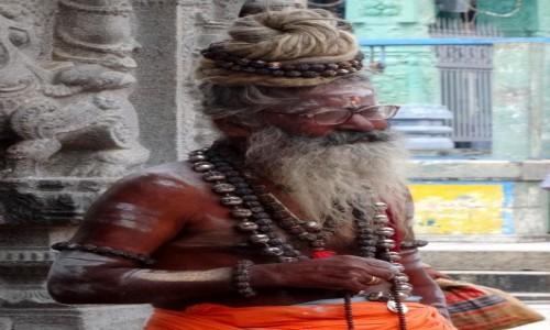 Zdjecie INDIE / - / Indie Południowe / Sadhu z wyjątkowym kokiem