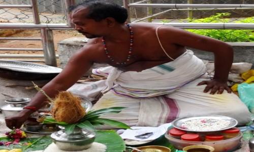 Zdjecie INDIE / Indie Południowe / Trichy / Bramin na ghatach w Trichy