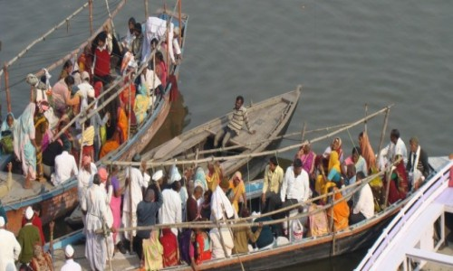 INDIE / Uttar Pradesh / Varanasi / Pielgrzymi na Gangesie