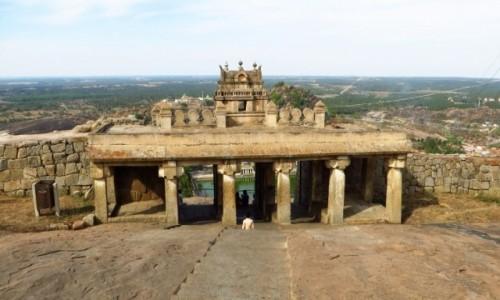 Zdjecie INDIE / Karnataka / Śrevanabelagola / wejście do sanktuarium