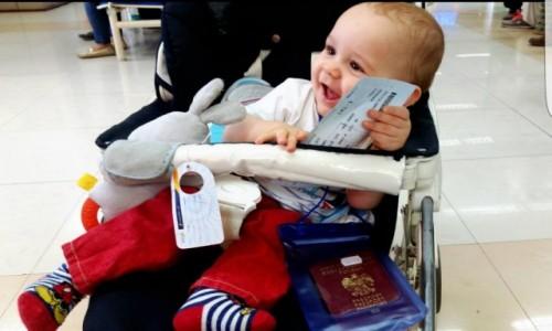 INDIE / Gujarat / Vadodara / Z dzieckiem na lotnisku