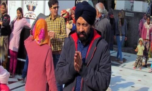 Zdjecie INDIE / Delhi / Przed �wi�tyni� Sikh�w / Modlitwa Sikha