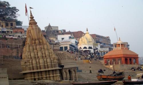 INDIE / Uttar Pradesh / Varanasi / Pochylona