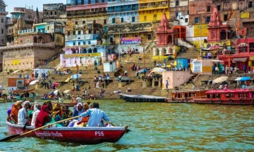 Zdjecie INDIE / Varanasi / brzeg Gangesu / p�yn�c �wi�t� r