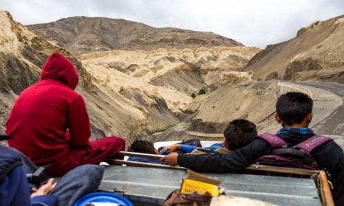 Zdjęcie INDIE / Ladakh / droga do Lamayuru / Na dachu autobusu przez Himalaje