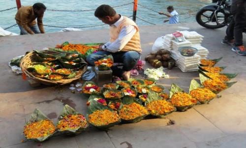 INDIE / Uttarakhand / Haridwar / Kosze z kwiatami na Ganga aarti