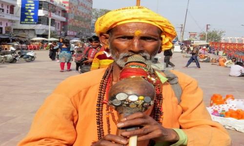 INDIE / Uttarakhand / Haridwar / Uliczny grajek