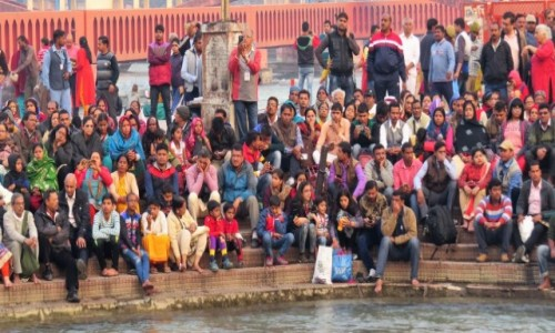 INDIE / Uttarakhand / Haridwar / Ceremonia Ganga aarti skupia duże zainteresowanie