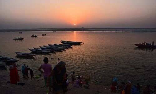 Zdjecie INDIE / Uttar Pradesh / Varanasi / Wschód słońca nad Gangesem